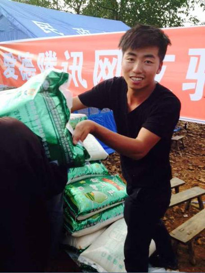 Guo Taiqian became an Amity volunteer and is helping with the distribution of relief supplies