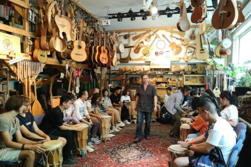 Overseas students and Chinese students playing Chinese instruments together