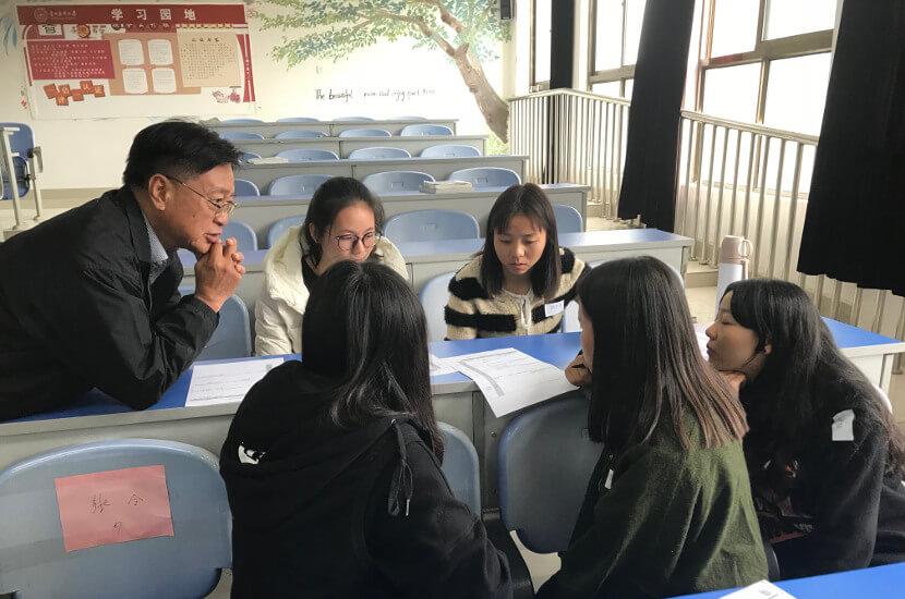 HK volunteer gives training for the University for Girls program on the Mainland