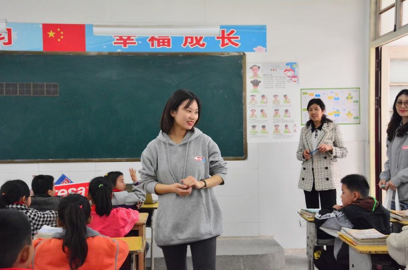 Volunteers of tesa company teach the students about hygiene